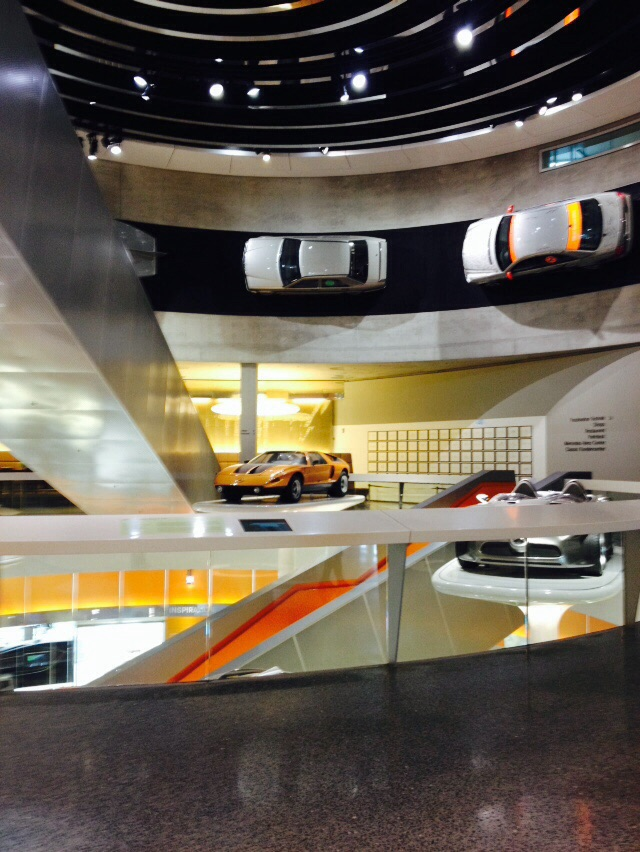 Mais de 125 anos de história da indústria automóvel no Museu da Mercedes em Estugarda